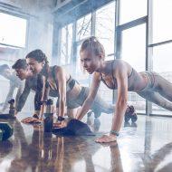 Упражнения с гантелями и фитболом на все тело